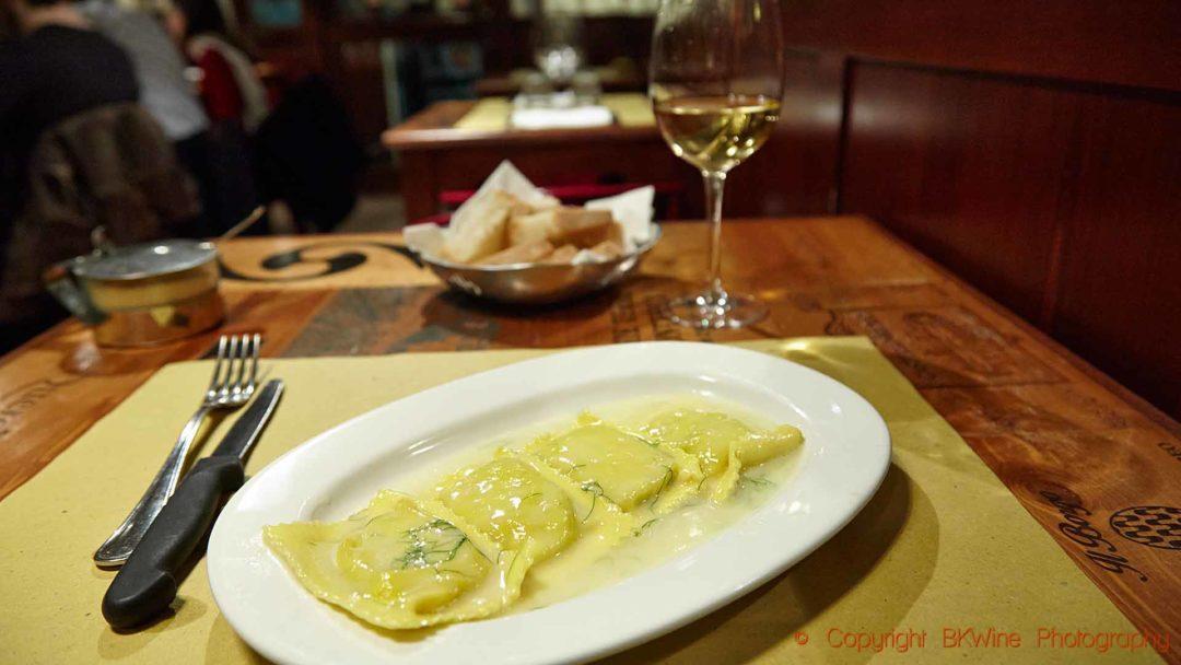 En enkel pasta och ett glas vin på en lite restaurang i Florens, Toscana